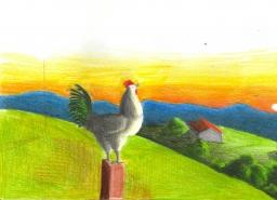 Um galo empoleirado sobre uma cerca. Ao fundo, montanhas e o Sol nascente